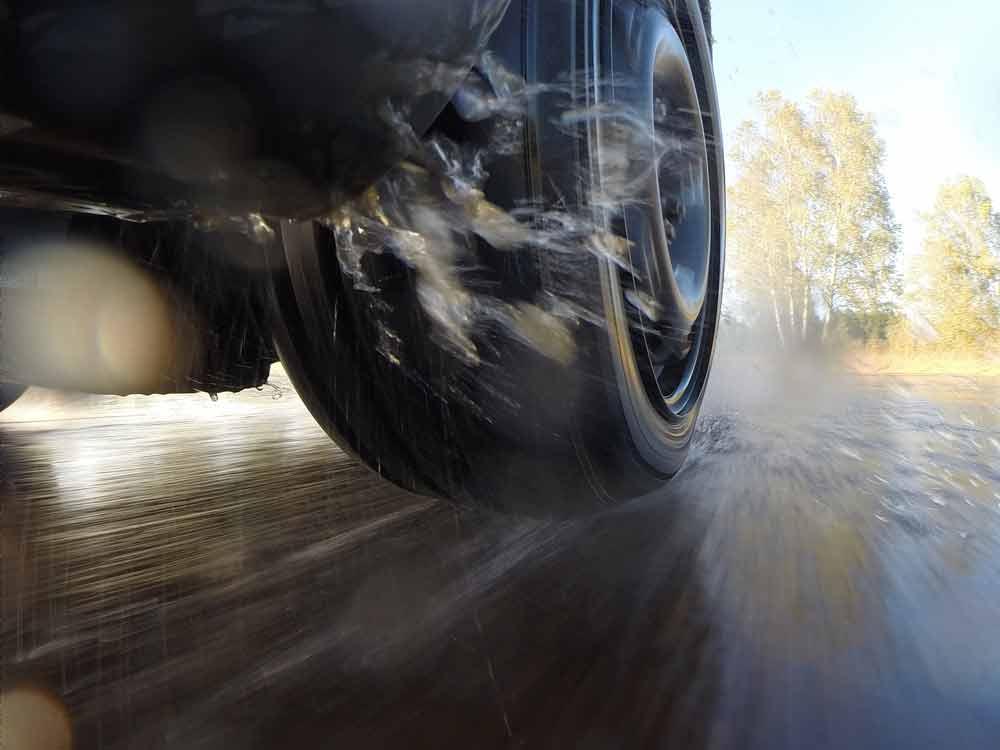 Für Kleinwagen, Kompakt- und Mittelklasse: Der ADAC und die Stiftung Warentest haben für den aktuellen Sommerreifentest 35 Modelle in den beiden Reifengrößen 205/55 R16 und 185/60 R14H getestet.