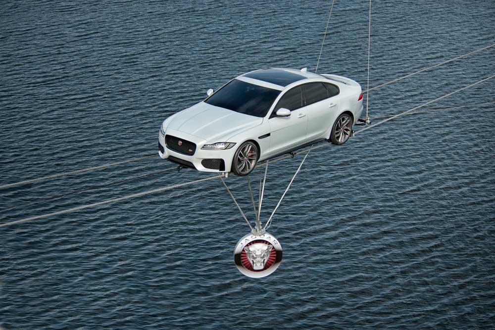 Mit einer Wasser-Überquerung in den Londoner Docklands hat Jaguar die zweite Generation der XF Limousine präsentiert. Die dramatische Traverse auf zwei nur 34 Millimeter breiten Stahlseilen soll das intelligente Leichtbaukonzept und das agile Fahrwerk des neuen XF hervorheben.
