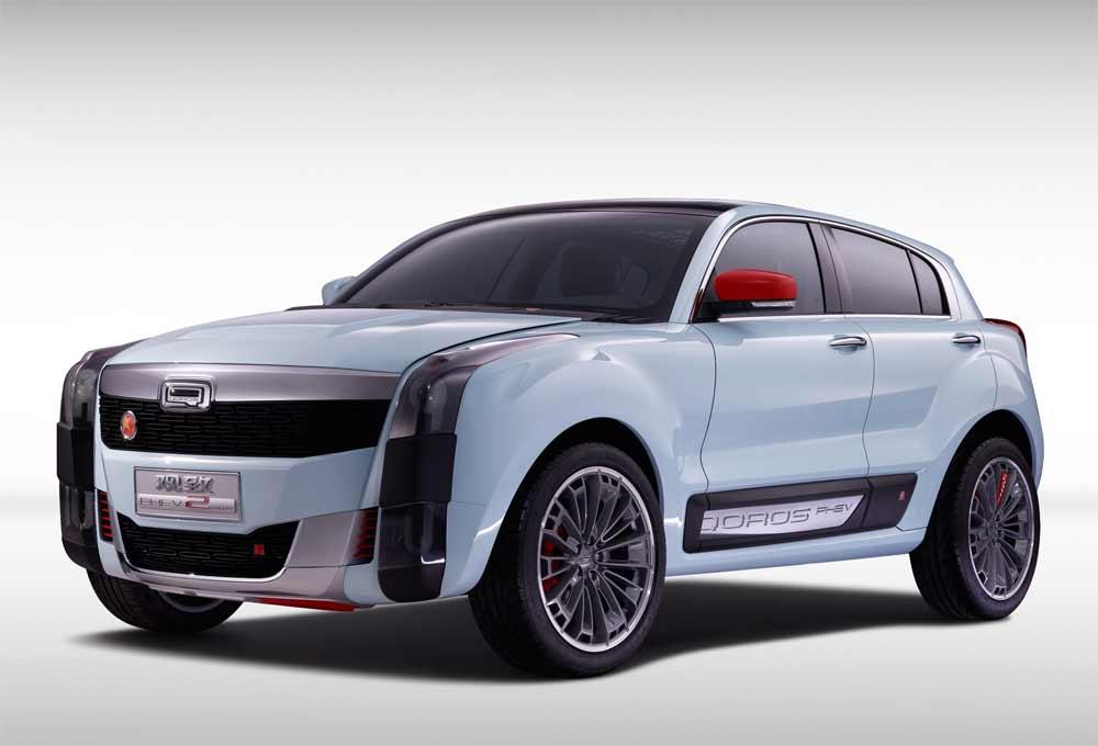 Qoros zeigt auf der Shanghai Auto Show 2015 das 2 PHEV Concept. Die Studie ist seriennah und könnte zeitnah umgesetzt werden. Der Quoros 2 PHEV positioniert sich gegen Wettbewerber aus dem Segment der Lifesytle-Fahrzeuge wie den BMW Mini Countryman.