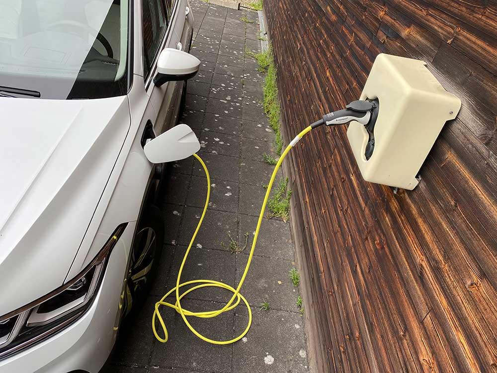 Check24-Familie-mit-E-Auto-hat-Stromkosten-von-2-045-Euro-im-Jahr